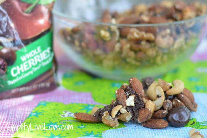 5 Easy Tips for Eating Real Food on Road Trips - two minute trail mix - from SimplifyLiveLove.com #RoadTripHacks #CollectiveBias #JewelOsco